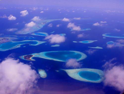 האיים המלדיביים, שוניות האלמוגים המרהיבות במבט מלמעלה, מהחלון לפני הנחיתה במאלה