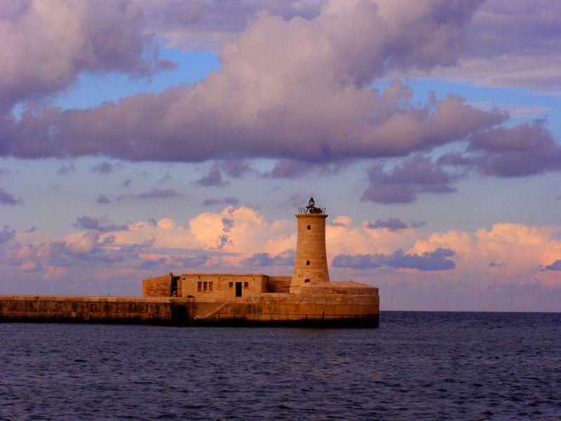 מגדלור עתיק בקצה הנמל, מלטה
