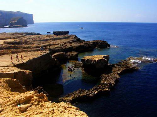 אחד ממפרצים רבים לאורך קו החוף הארוך של מלטה