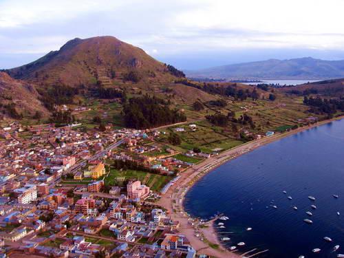 אגם טיטיקקה והעיירה קופקבנה, פרו