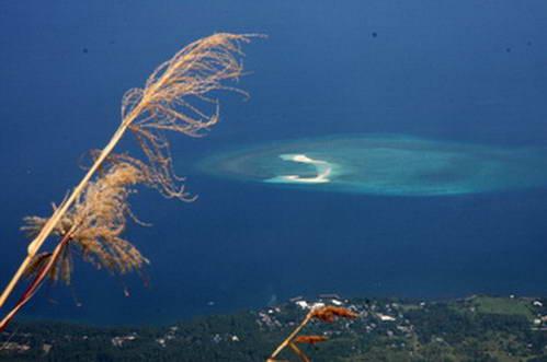 אטול האלמוגים והאי הלבן, במבט ממרומו של הר הגעש היבוק-היבוק