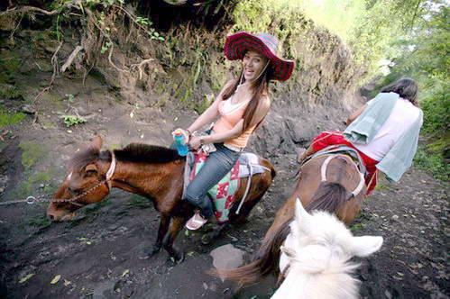 על סוסים למרומי הר הגעש טאאל