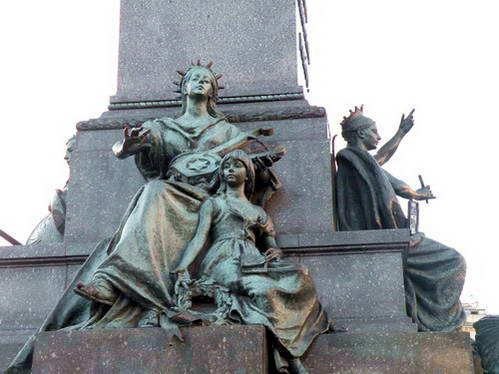 פסל בכיכר המרכזית של העיר העתיקה של קרקוב