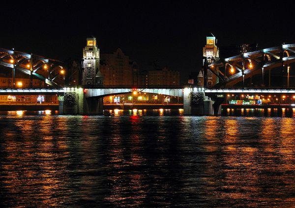 סנט פטרבורג - הרמת הגשרים לצורך מעבר ספינות