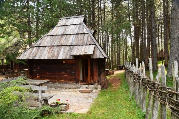 הכפר האתני סירוגויינו, מערב סרביה