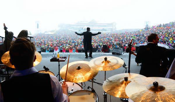 רובי וויליאמס בהופעה בפסטיבל סיום העונה באישגל