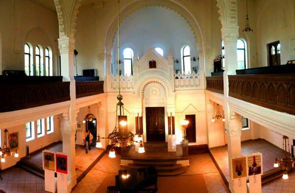 בית הכנסת של ניטרה, לבן ומאיר עיניים
