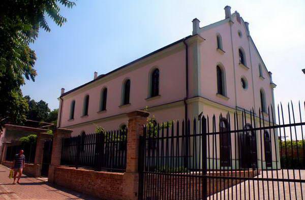 בית הכנסת האורתודוקסי בטרנבה בביקורי הקודם, נעול מאחורי גדר גבוהה