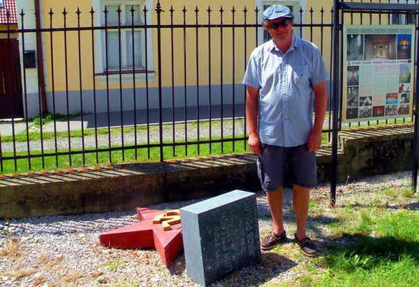 צ'אבה קיס ליד המצבה היהודית עליה הוצב סמל קומוניסטי