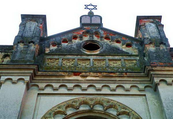 בית הכנסת המתפורר בעיירה סנץ, סימני הגיל ניכרים