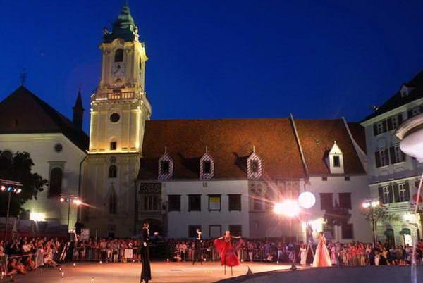 מופע לעת ערב בכיכר המרכזית של העיר העתיקה בברטיסלבה