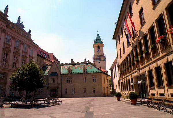כיכר פרימאט, בית העירייה החדש - מימין, והישן - במרכז