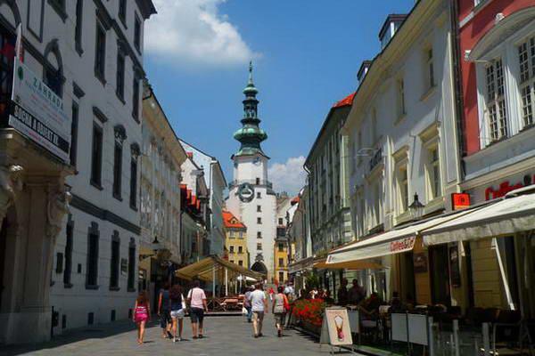 מדרחוב המוליך אל שער מיכאל, תענוג לשוטט ברחובות העיר העתיקה