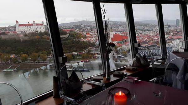תצפית לעבר טירת ברטיסלבה מהמסעדה על הגשר החדש