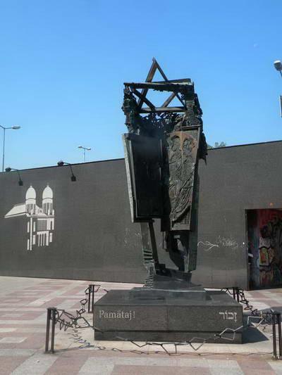 אנדרטה לזכר השואה במקום בו עמד בית הכנסת של ברטיסלבה