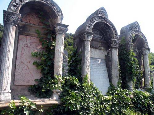 קברים מפוארים של חשובי הקהילה היהודית