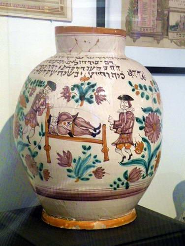 שני כדי טהרה ומוצגים נוספים במוזיאון היהודי בברטיסלבה