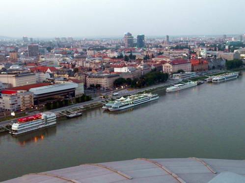 ספינות עוגנות לעת ערב בנמל לצד העיר העתיקה של ברטיסלבה