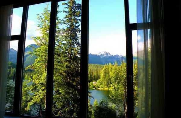 אגם שטרבסקה פלסו ופסגות הטאטרה הגבוהות מחלון חדרי