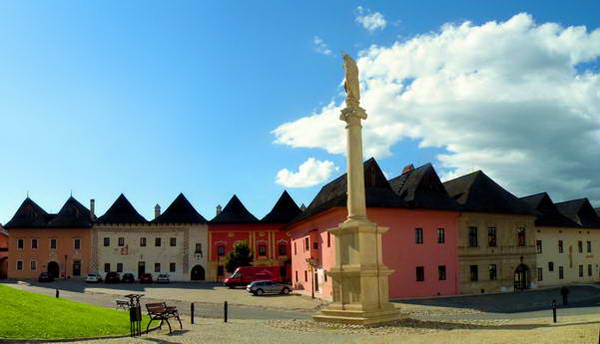 הכפר ספישקה סובוטה, בתים עתיקים עם גגות עץ
