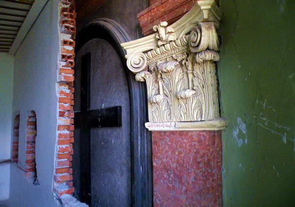 צלב הכנסייה שהוסתרה מאחורי הקיר, שיעור ברדיפה דתית