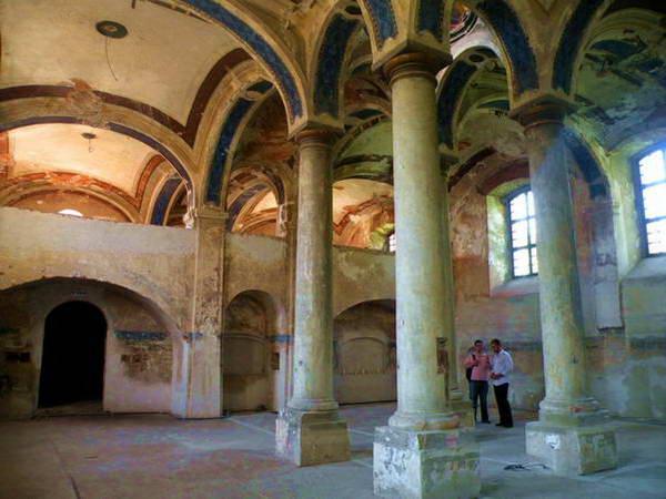 בית הכנסת בסטופבה - קמטי השנים הוסיפו לו הדרת כבוד