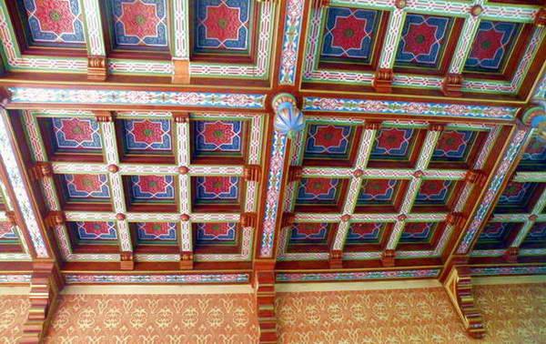 בית הכנסת במלצקי, התקרה המעוטרת והעמוד התומך אותה