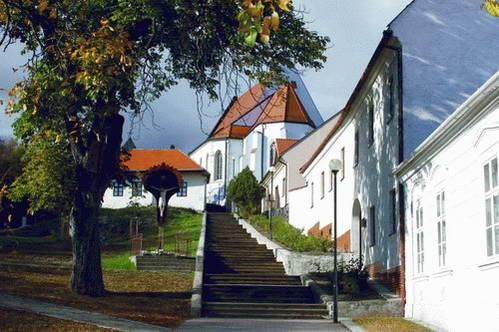העיירה Svätý Jur, אחת היפות ביותר באזור הקרפטים הקטנים