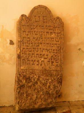 מצבה יהודית, הפתעה בטירת צ'רבני קאמן