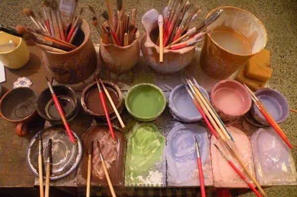 עיירת הקדרות מודרה, כלי קרמיקה לפני ואחרי צביעה