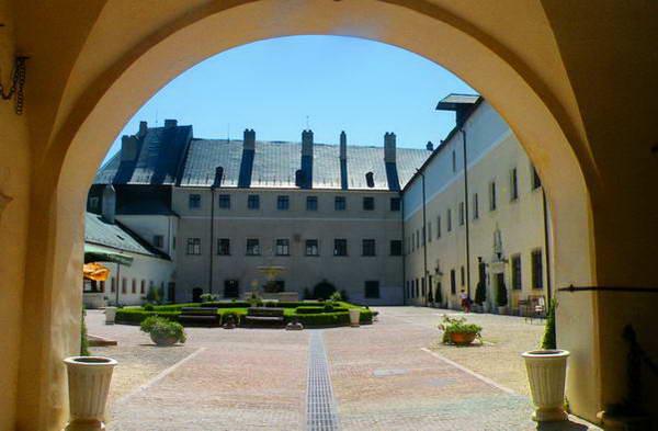 טירת צ'רבני קאמן , סיור באחת מהטירות השמורות ביותר במרכז אירופ
