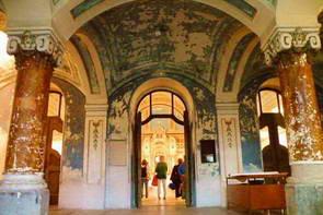 הכניסה והחלון בכיפת בית הכנסת של ליפטובסקי מיקולאש