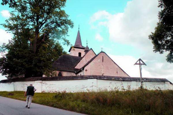 כנסייה מדיביאלית קטנה ליד הכפר מודרובה