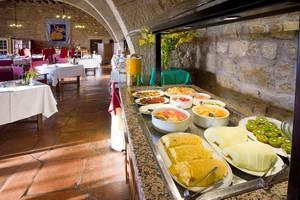 המלצה על מלון במבצר של העיר סיגואנזה