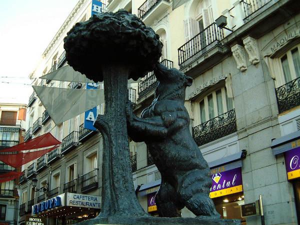 פסל הדוב ועץ התות