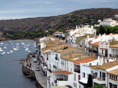 הכפר קאדאקס על חופי קוסטה בראווה, ספרד