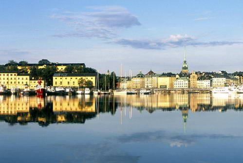 בתי סטקהולם משתקפים במי הים הבלטי