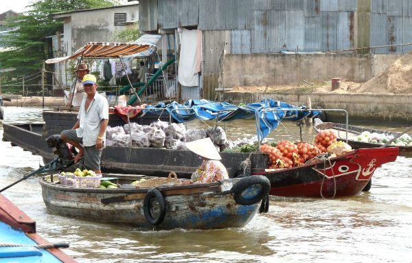 השוק הצף שעל נהר המקונג