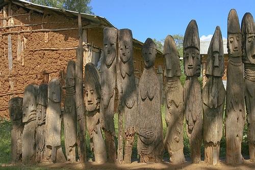 פסלי עץ ובקתת אבן, חומרי הגלם של בני הקונסו