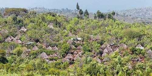 כפר הקונסו מוקף אדמות חקלאיות