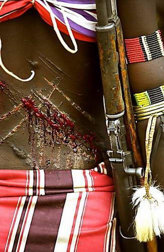 בת שבט האמר לאחר הצלפות על גבה - מסורת של כוח סבל ועוצמה רוחנית