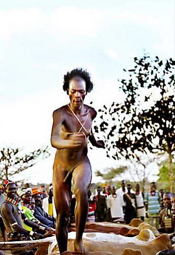 נער בן שבט האמר מדלג על שוורים בטקס ההתבגרות שלו