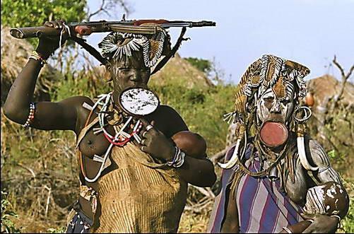 צמד נשות שבט מורסי - לוחמות אגרסיביות בשמירה על הטריטוריה הפרטית שלהן