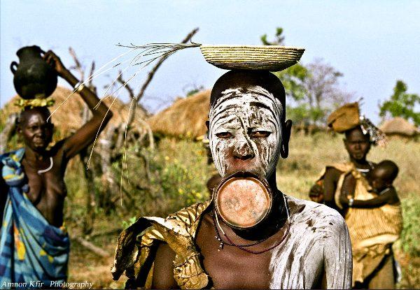 בת שבט מורסי בכפר עם חברותיה, אתיופיה