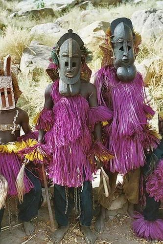 גבר ואישה משבט הדוגון חובשים מסיכות
