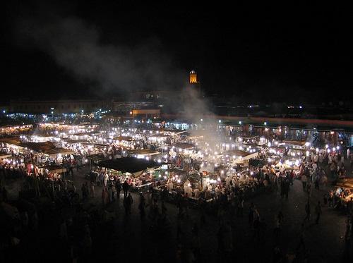 הכיכר המרכזית של מרקש, כיכר ג'מע אל פנאא, שוקקת חיים בלילה