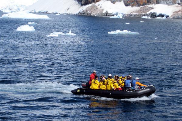 סירות זוזיאק בדרך ליבשת אנטארקטיקה