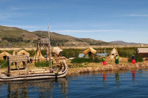 בני האורו משתמשים בצמח הגומא לבניית איים, בתים וסירות באגם טיטיקקה, בוליביה