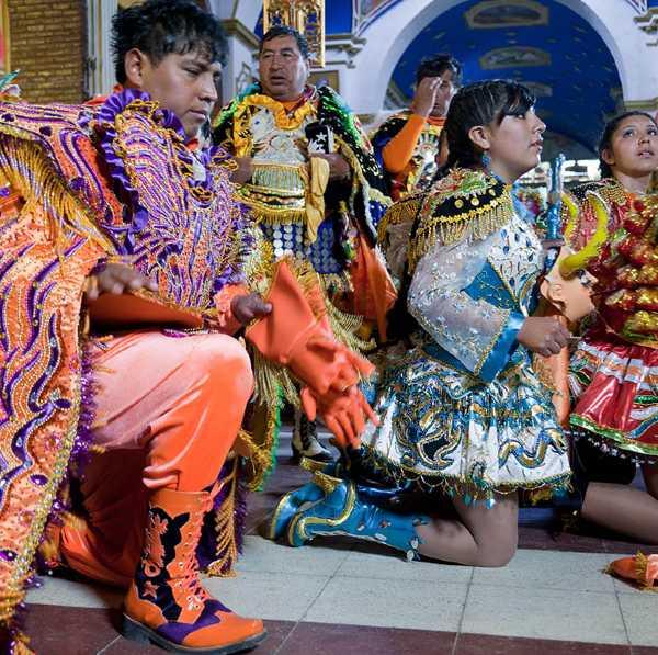 מששתפי הפסטיבל כורעים ברך בכנסיית הבתולה מסוקבון, אורורו, בוליביה