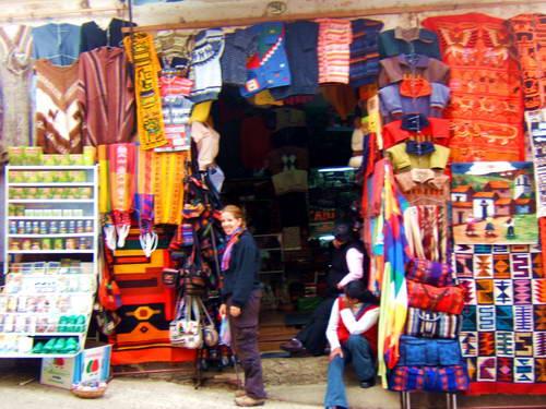 חנות מקומית בלה פאז, פונצ'ו ובגדים מקומיים בבוליביה